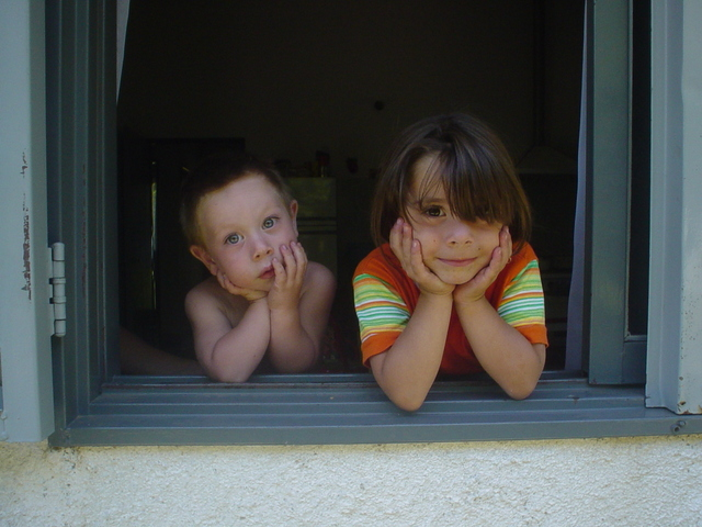 kids in window 1439638 640x480