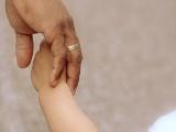 Az alapvető jogok biztosa az örökbefogadó és az örökbefogadott gyermek közötti életkori különbség maghatározásáról és a nevelőszülői örökbefogadás lehetőségéről